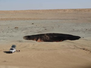 You get a good impression of the size of the huge gas crater at Darvaza in Turkemnistan with Lara next to it. We camped on the edge of the gas crater and had the biggest campfire ever at night for just the 2 of us.