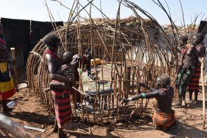 the women building a new hut in the Dasenech village